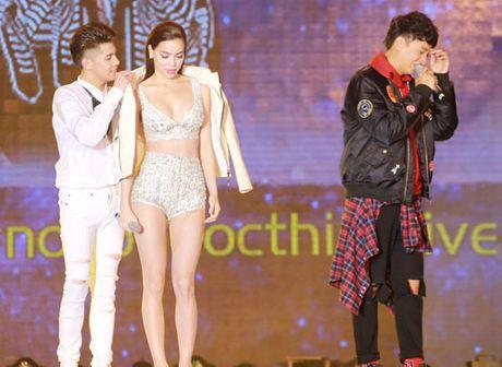 Ha Ho mac do dien nhu noi y khien trai tre nguong ngung - Anh 6