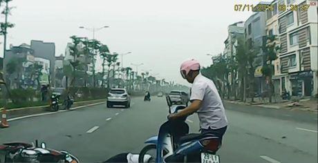 Loi tran tinh muon mang cua lai xe Innova gay tai nan roi bo chay - Anh 3