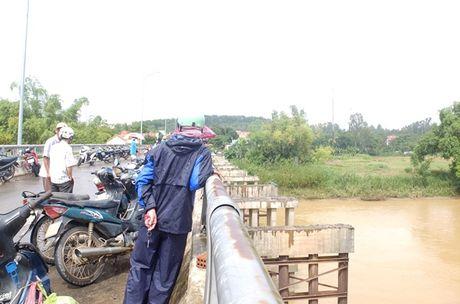Quang Nam: Tim thay thi the nam thanh nien nhay cau Cam Ly - Anh 1