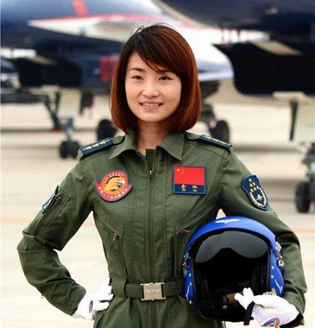 Nu phi cong Trung Quoc tu nan khi lai tiem kich J-10 - Anh 1