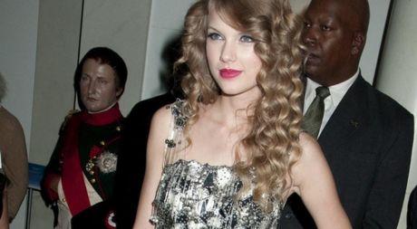 Lo anh la bang chung vu kien Taylor Swift bi sam so chon dong nguoi - Anh 1