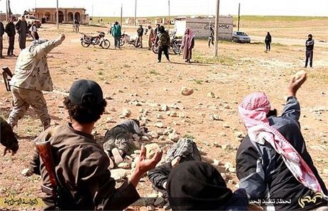 IS ban chet 40 nguoi roi treo xac len cot dien o Mosul - Anh 1
