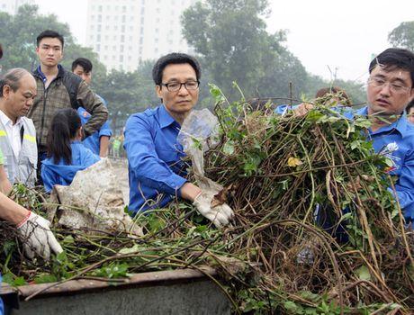 Pho Thu tuong Vu Duc Dam cung sinh vien don rac ven ho Linh Dam - Anh 1