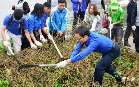 Pho Thu tuong Vu Duc Dam cung sinh vien don rac ven ho Linh Dam - Anh 2