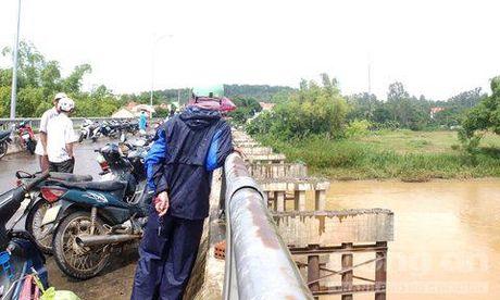 Vot duoc thi the nam thanh nien mat tich tren cau Cam Ly - Anh 1