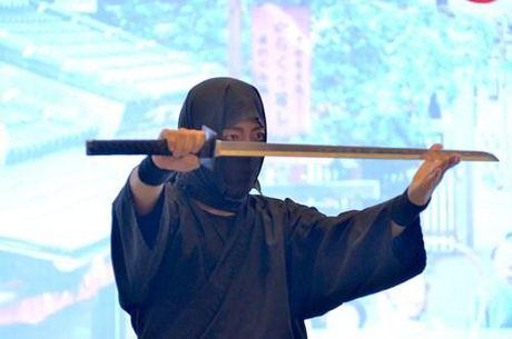 Ninja Nhat Ban den Ha Noi tro tai dau kiem, nem phi tieu - Anh 2