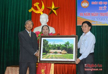 Pho Bi thu Tinh uy Nguyen Van Thong vui hoi dai doan ket tai phuong Hung Phuc, TP. Vinh - Anh 5