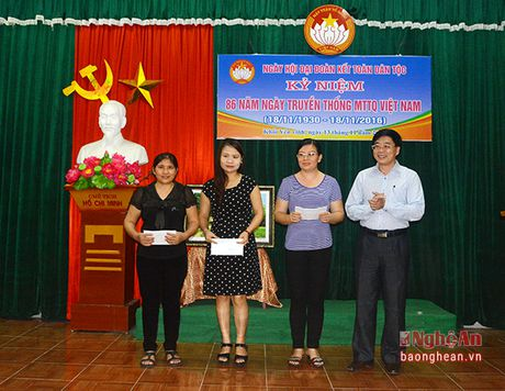 Pho Bi thu Tinh uy Nguyen Van Thong vui hoi dai doan ket tai phuong Hung Phuc, TP. Vinh - Anh 6