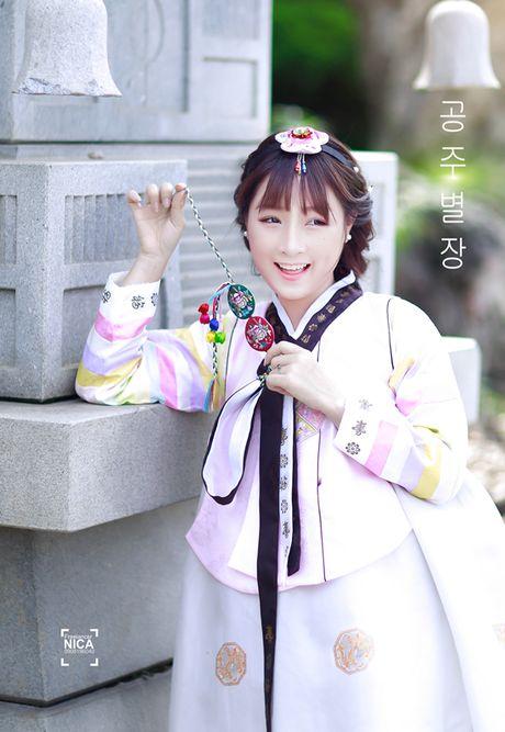 'Chi dai' Suu nhi khoe hinh dien Hanbok dep long lanh nhu gai ban dia - Anh 1