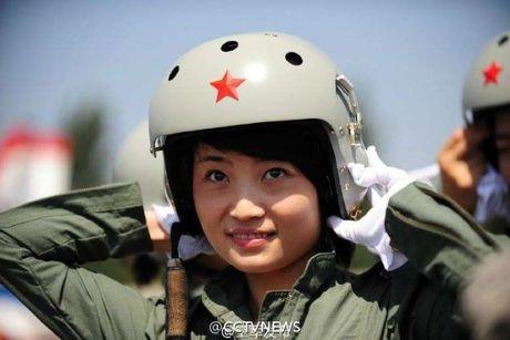 Nu phi cong lai may bay chien dau J-10 dau tien cua Trung Quoc tu nan - Anh 1