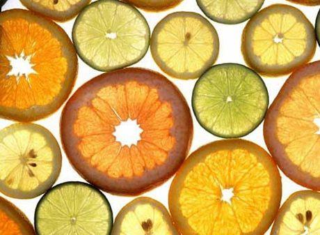 Dung Vitamin C lam dep sai cach co the gay soi than, tu vong - Anh 2