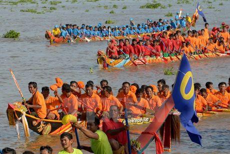 Campuchia to chuc Le hoi dua thuyen tren song Tonle Sap - Anh 1