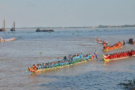 Campuchia to chuc Le hoi dua thuyen tren song Tonle Sap - Anh 2