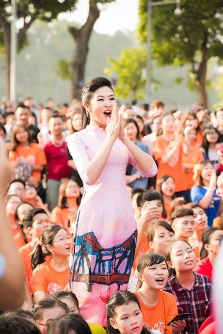 Ngoc Han, MC Phan Anh bat khoc truoc mon qua bat ngo - Anh 3