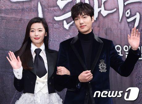 Lee Min Ho - Jun Ji Hyun tay trong tay ra mat 'Huyen thoai bien xanh' - Anh 1