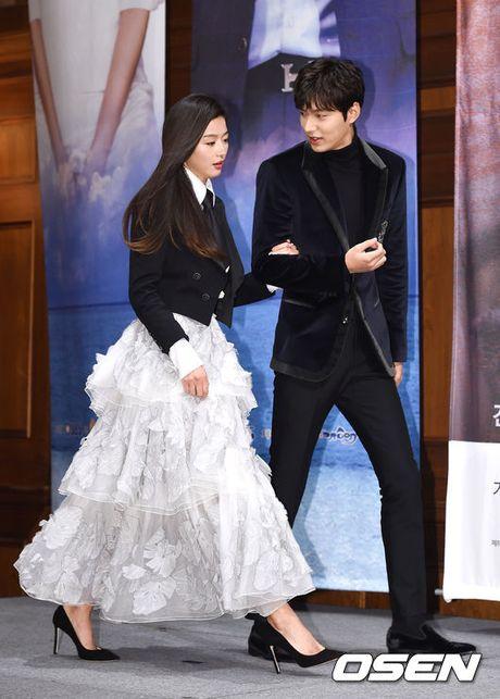 Lee Min Ho - Jun Ji Hyun tay trong tay ra mat 'Huyen thoai bien xanh' - Anh 2