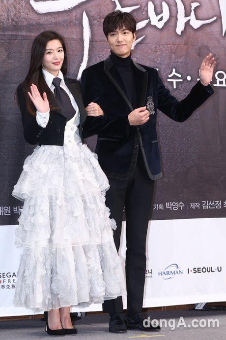 Lee Min Ho - Jun Ji Hyun tay trong tay ra mat 'Huyen thoai bien xanh' - Anh 3