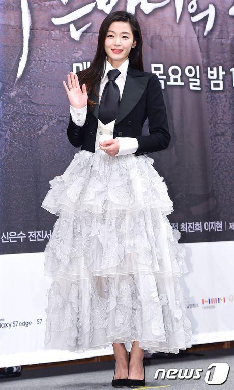 Lee Min Ho - Jun Ji Hyun tay trong tay ra mat 'Huyen thoai bien xanh' - Anh 5