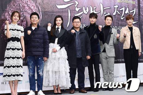 Lee Min Ho - Jun Ji Hyun tay trong tay ra mat 'Huyen thoai bien xanh' - Anh 6