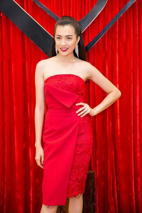 Chi em Ngoc Trinh dien style tuong phan noi bat tren tham do - Anh 10