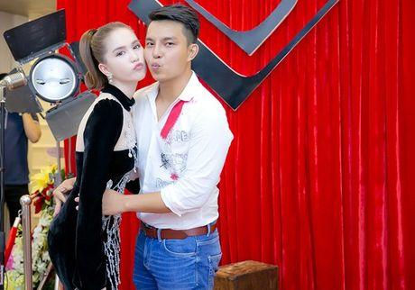 Chi em Ngoc Trinh dien style tuong phan noi bat tren tham do - Anh 4