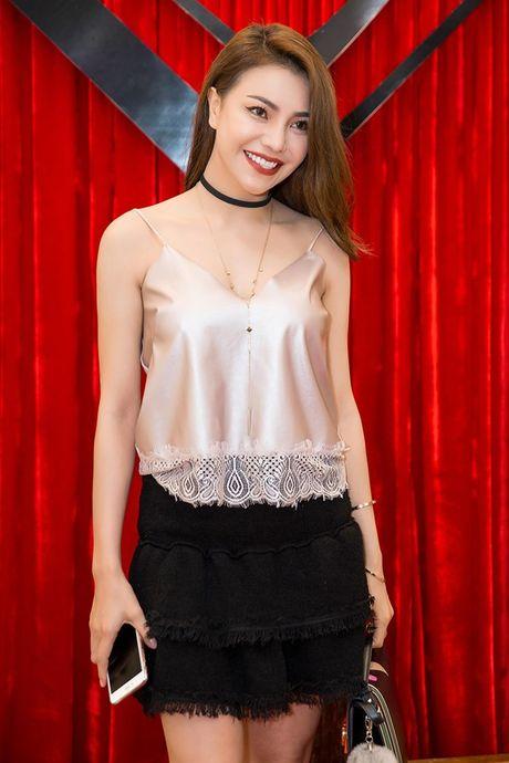 Chi em Ngoc Trinh dien style tuong phan noi bat tren tham do - Anh 8