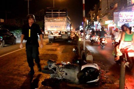 Nga vao lan o to, doi nam nu bi xe tai can thuong vong - Anh 1