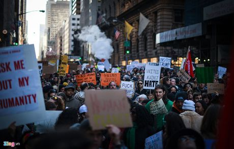 Hang nghin nguoi bieu tinh den cua nha ong Trump o New York - Anh 1