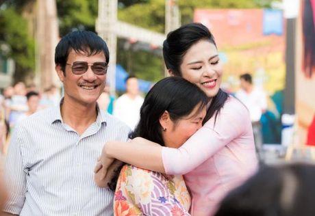 Phan Anh khoc khi nhan qua cua ba con mien Trung - Anh 5
