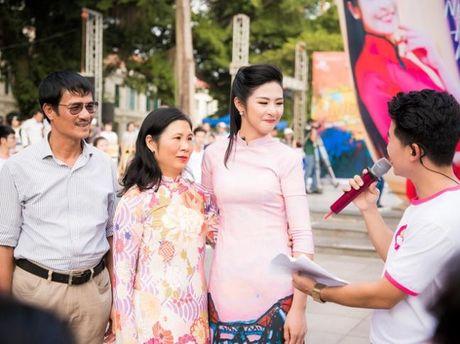 Phan Anh khoc khi nhan qua cua ba con mien Trung - Anh 6