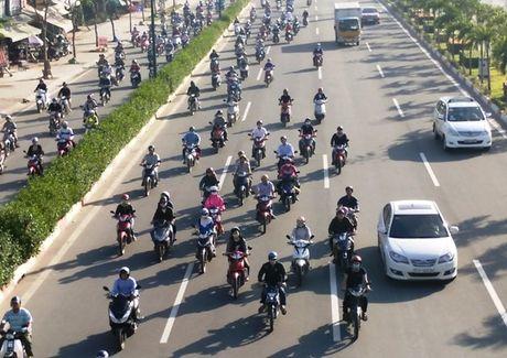 Xe may chiem lan o to tren duong Pham Van Dong - Anh 1