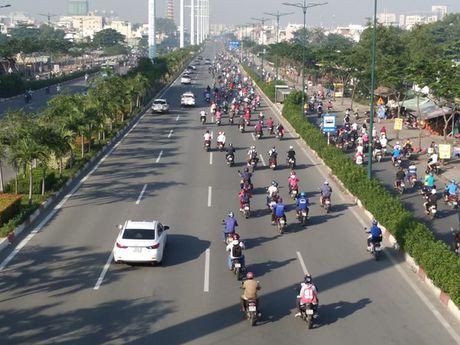 Xe may chiem lan o to tren duong Pham Van Dong - Anh 2