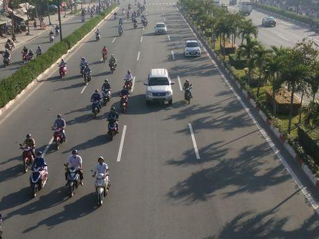 Xe may chiem lan o to tren duong Pham Van Dong - Anh 3