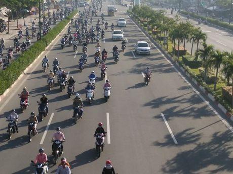 Xe may chiem lan o to tren duong Pham Van Dong - Anh 4