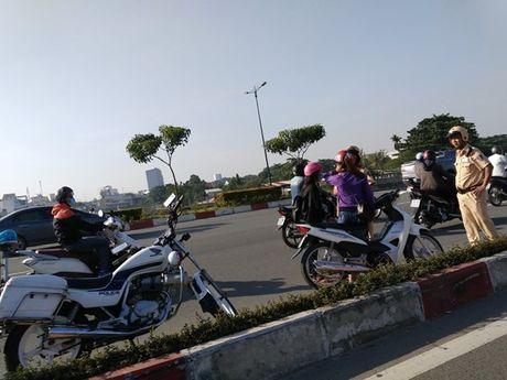 Xe may chiem lan o to tren duong Pham Van Dong - Anh 5