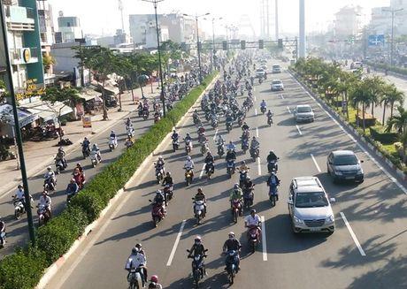Xe may chiem lan o to tren duong Pham Van Dong - Anh 6