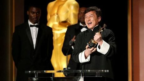 Thanh Long nhan tuong vang Oscar dau tien sau hon 200 bo phim - Anh 2
