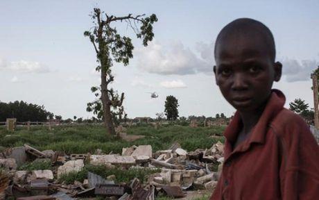 Anh Boko Haram bat coc nu sinh va de tre em truoc nguy co chet doi - Anh 10