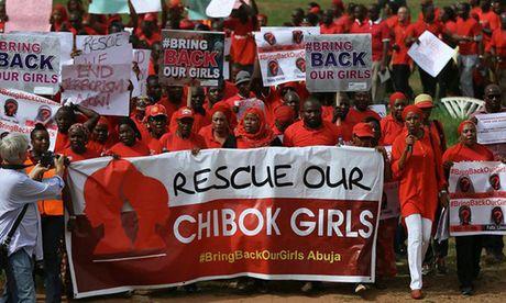 Anh Boko Haram bat coc nu sinh va de tre em truoc nguy co chet doi - Anh 11