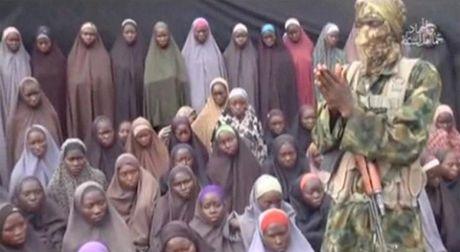Anh Boko Haram bat coc nu sinh va de tre em truoc nguy co chet doi - Anh 12