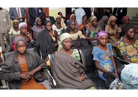 Anh Boko Haram bat coc nu sinh va de tre em truoc nguy co chet doi - Anh 13