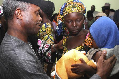 Anh Boko Haram bat coc nu sinh va de tre em truoc nguy co chet doi - Anh 14