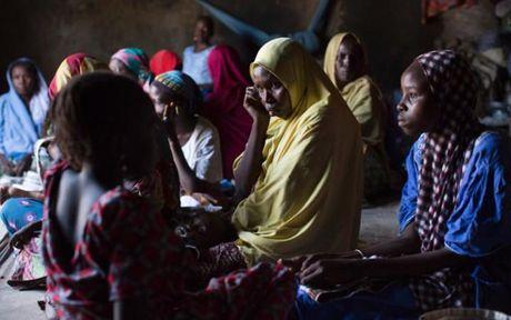 Anh Boko Haram bat coc nu sinh va de tre em truoc nguy co chet doi - Anh 1