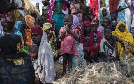 Anh Boko Haram bat coc nu sinh va de tre em truoc nguy co chet doi - Anh 2