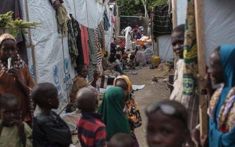 Anh Boko Haram bat coc nu sinh va de tre em truoc nguy co chet doi - Anh 3