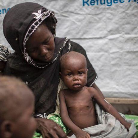 Anh Boko Haram bat coc nu sinh va de tre em truoc nguy co chet doi - Anh 4
