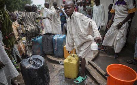 Anh Boko Haram bat coc nu sinh va de tre em truoc nguy co chet doi - Anh 8