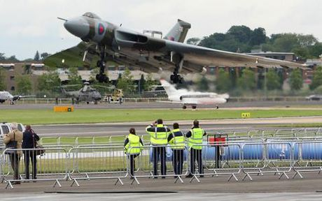 Tranh chap dao: Argentina that kinh truoc don danh Avro Vulcan - Anh 1