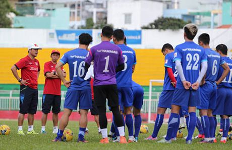 HLV Huu Thang ra 'sac lech dac biet' sau vu Que Ngoc Hai - Anh 1