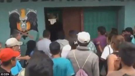 Bolivia: Ke hiep dam bi dan loi khoi nha giam, treo co - Anh 1